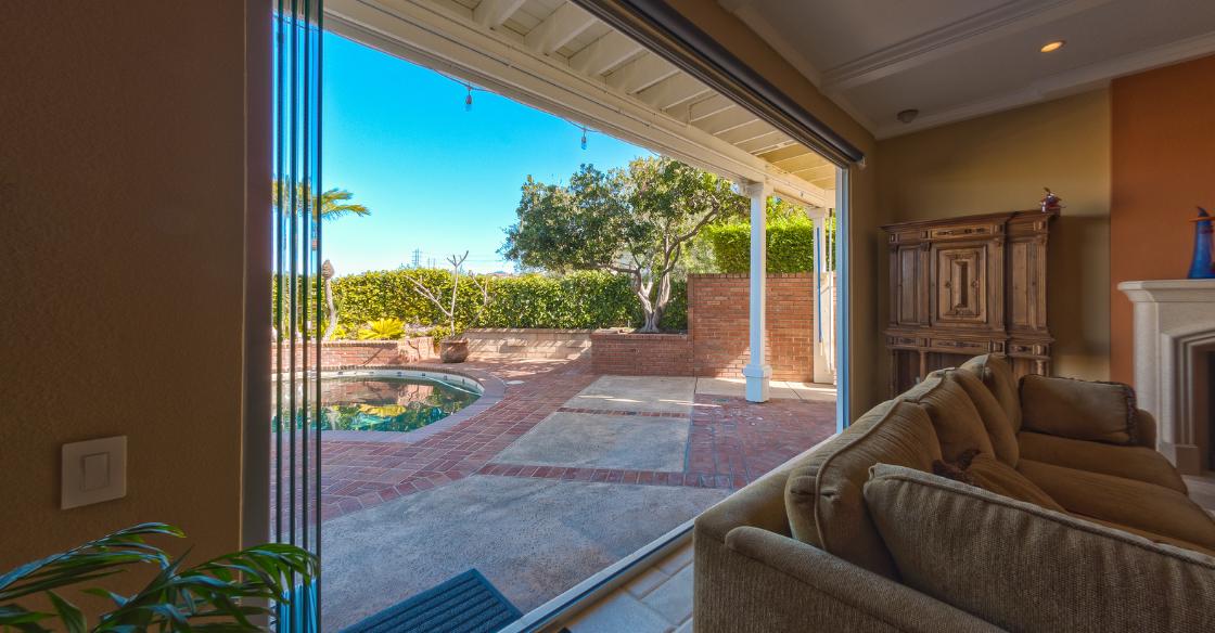 indoor/outdoor space with frameless glass doors