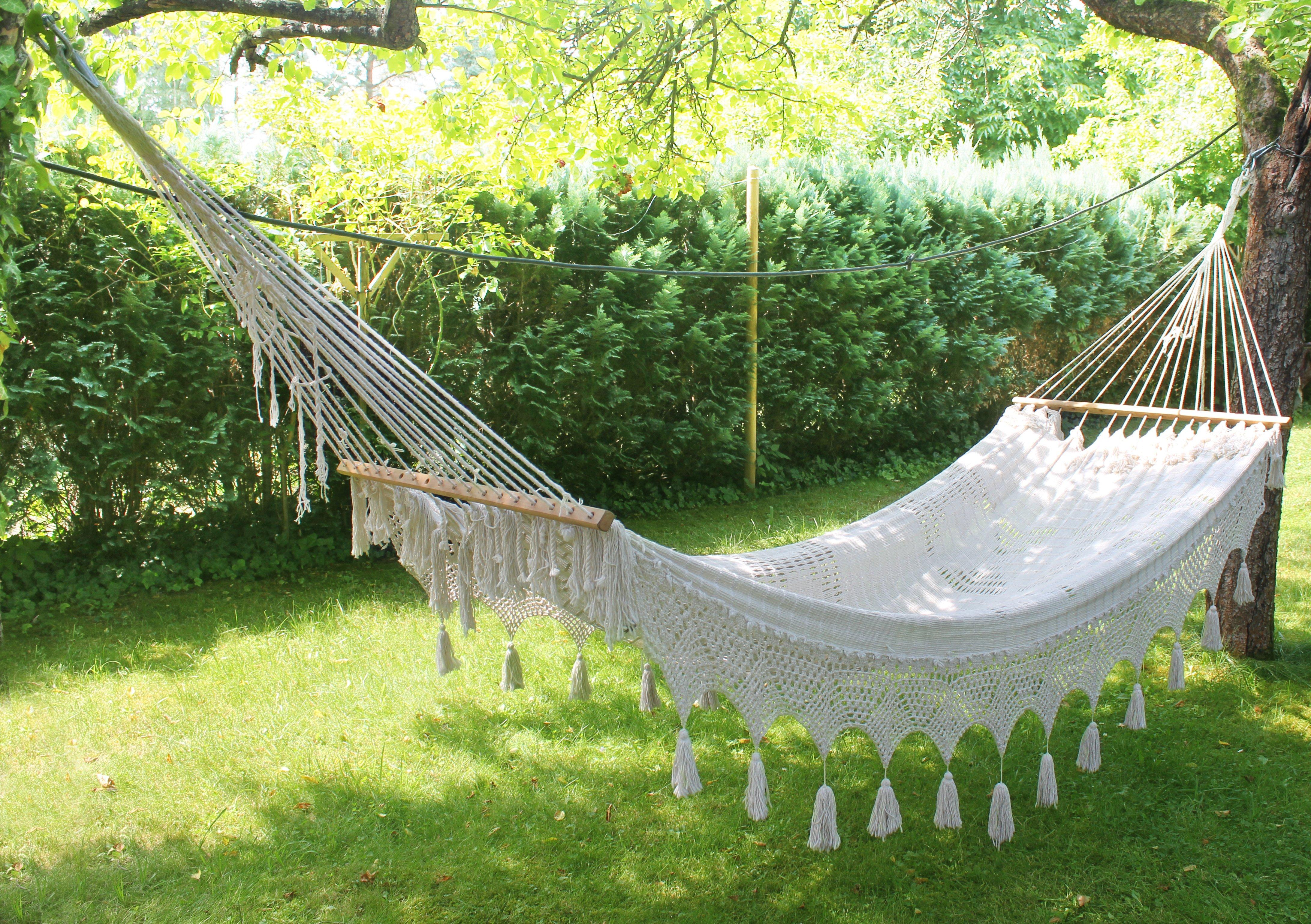 outdoor-living-space-hammocks
